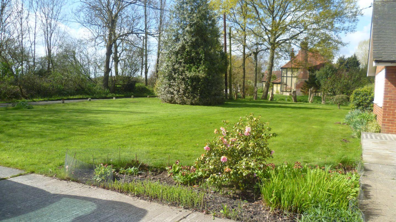 Old Barn Lane bungalow garden